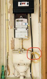 Foto van meterkast met doortikker